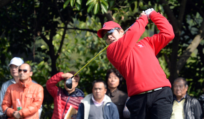 Korean golfer Kim Kyung-tae tees off on the opening day of the 2013 Royal Trophy golf tournament at the Dragon Lake Golf Club in Guangzhou, China, Friday. Asia led Europe 3-1 on the first day of the three-day tournament.(Ahn Hoon/The Korea Herald)