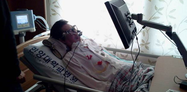 """A Lou Gehrig's disease patient uses """"eyeCan,"""" a low-cost mouse controlled by eye movement that was developed by the Samsung Creative Development Center to increase accessibility to smart devices to those who have difficulty with mobility. (Samsung Electronics Co.)"""