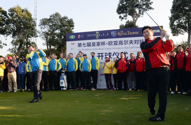 Asian team captain Yang Yong-eun (right) and his European counterpart Jose Maria Olazabal fire ceremonial shots to open the 2013 Royal Trophy - Europe vs Asia Championship at Dragon Lake Golf Club in Guangzhou, China, on Thursday. Ahn Hoon / The Korea Herald