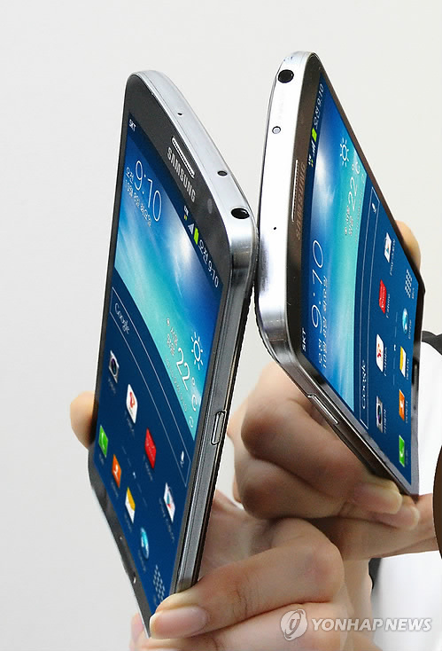 Samsung Electronics' curved smartphone Galaxy Round, released in October. (Yonhap News)