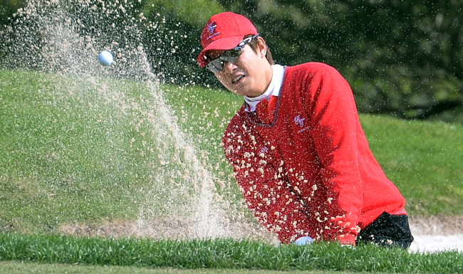 Kim Kyung-tae swings out of the Hole 2 bunker in Day Two's Fourball play on the Asian Games Course during the The Royal Trophy Golf Championship at the Dragon Lake Golf Club in Guangzhou, China. (Ahn Hoon / The Korea Herald)