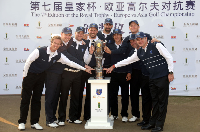 "European team members gather for a group photo around the 16-kilogram solid silver perpetual ""Royal rophy"" (center) after defeating Team Asia in the Seventh Edition of Royal Trophy Golf Championship at the Dragon Lake Golf Club in Guangzhou, China. (Ahn Hoon / The Korea Herald)"