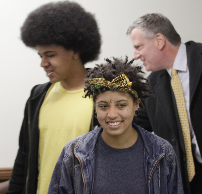 Democratic mayoral candidate Bill de Blasio (right) arrives at a polling station with his son Dante (left) and daughter Chiara in New York on Nov. 5. (AP-Yonhap News)