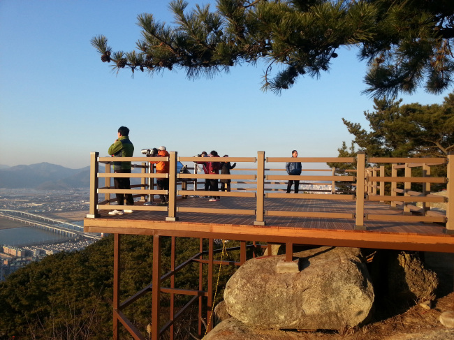 The observation platform of the barrier-free mountain trail to be dedicated on Dec. 30. (Bukgu district office)