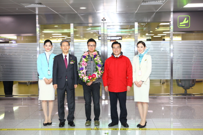 Korea welcomed Chinese tourist Ma Jiao as the 12 millionth foreign visitor to the country at Jeju International Airport on Friday. The country saw the number of foreign visitors rise about 9 percent from last year. (Korea Tourism Orga)