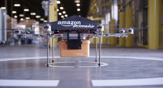 """U.S. retail giant Amazon is developing a prototype of a drone for its """"Prime Air"""" delivery system. (Bloomberg)"""
