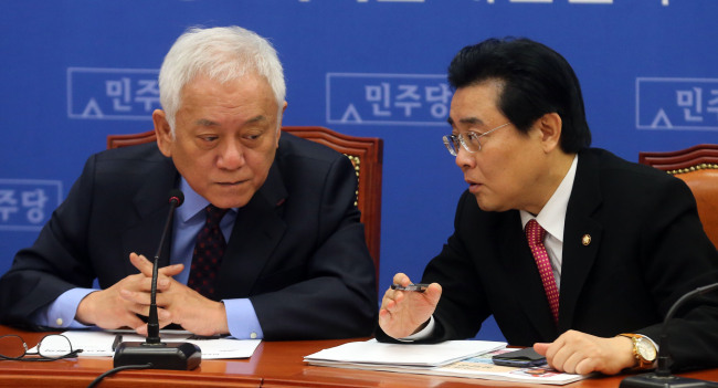Democratic Party chairman Rep. Kim Han-gil (left) and floor leader Rep. Jun Byung-hun speak to each other at the party's supreme council meeting at the National Assembly on Friday. (Yonhap News)