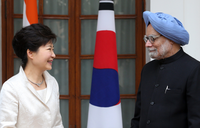 South Korean President Park Geun-hye meets Indian Prime Minister Manmohan Singh before their summit in New Delhi on Thursday. (Yonhap News)