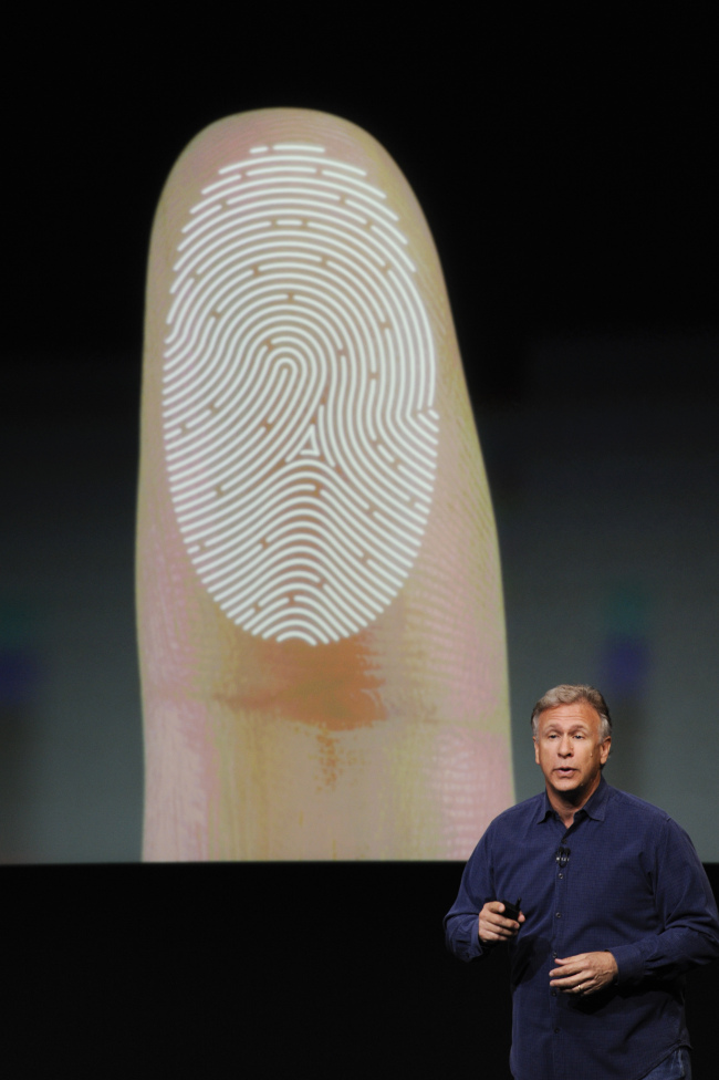 Global handset makers have increasingly adopted fingerprint sensors as a new identification technology. Philip Schiller, senior vice president of worldwide marketing at Apple, introduces the new iPhone 5S during a product announcement in Cupertino, California, on Sept. 10. (Bloomberg)