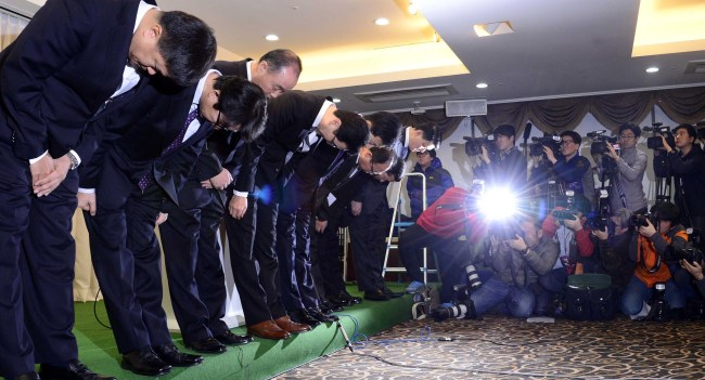 KB Kookmin Card CEO Shim Jae-oh (fourth from left) and other officials of the credit card company bow in apology for a customer data leak in downtown Seoul on Monday. (Park Hae-mook/The Korea Herald)