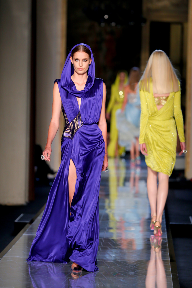 A model presents a creation by Italian fashion designer Donatella Versace as part of the Atelier Versace Spring-Summer 2014 Haute Couture fashion collection, presented in Paris on Sunday. (AP-Yonhap News)