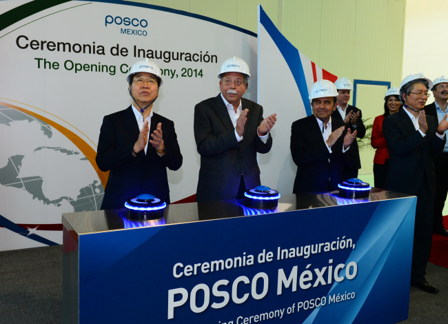 (From left) POSCO CEO Chung Joon-yang, Tamaulipas Gov. Egidio Torre Cantu and Secretary of Economy Ildefonso Guajardo applaud during the opening ceremony of the steelmaker's new plant in Altamira, Tamaulipas state, Mexico, Tuesday. (POSCO)
