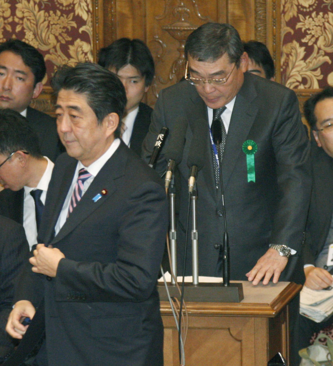 Japan's Prime Minister Shinzo Abe walks by public broadcaster NHK President Katsuto Momii during a budget committee question-and-answer session at the lower house of Parliament in Tokyo on Feb. 5. (AP-Yonhap)