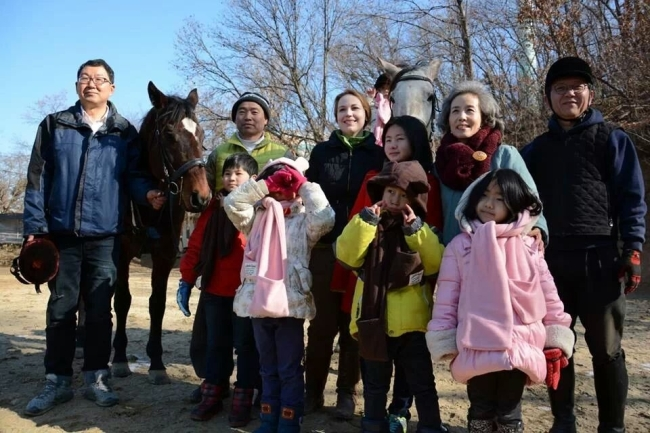 Park Sun-young (second row, second from right) poses with children from Mulmangcho School and volunteers during a visit to a riding stable last week. (Mulmangcho Association)