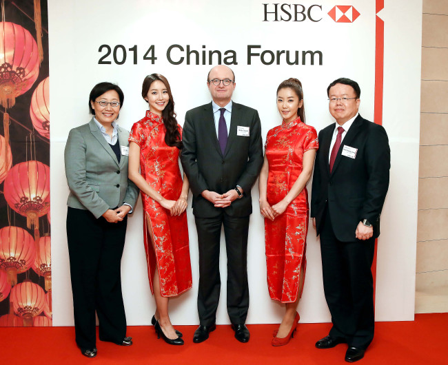 """HSBC Korea chief executive Martin Tricaud (center) poses with HSBC China deputy head Julia Wu (left) during the first """"China Forum"""" at a hotel in Seoul on Tuesday. The two sides agreed to provide multinational enterprises and financial firms with advice on investment in China by holding the event regularly. (HSBC Korea)"""