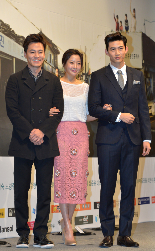 """The cast of KBS' """"Wonderful Days"""" ― Lee Seo-jin (left), Kim Hee-seon (center) and Ok Taec-yeon ― attend a press conference in Seoul on Tuesday. (Yoon Byung-chan/The Korea Herald)"""