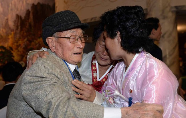 Ryu Young-shik of South Korea (left) and his nieces from the North share a tearful embrace on the first day of the family reunions at the Mount Geumgangsan resort on Thursday. (Park Hae-mook/The Korea Herald)