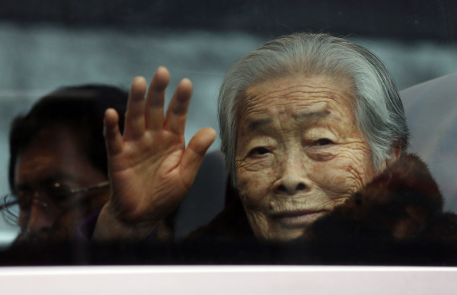 Kim Sung-yoon, 96, waves as she departs from a resort in Sokcho, Gangwon Province, for Mount Geumgangsan in North Korea for the reunion of separated families on Thursday. (Yonhap)