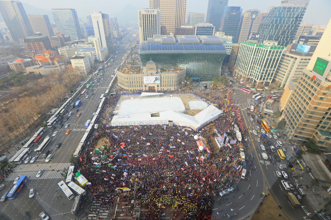 Members of the Korean Confederation of Trade Unions stage a rally in Seoul Plaza protesting the government's alleged moves to privatize public firms on Tuesday. (Yonhap)
