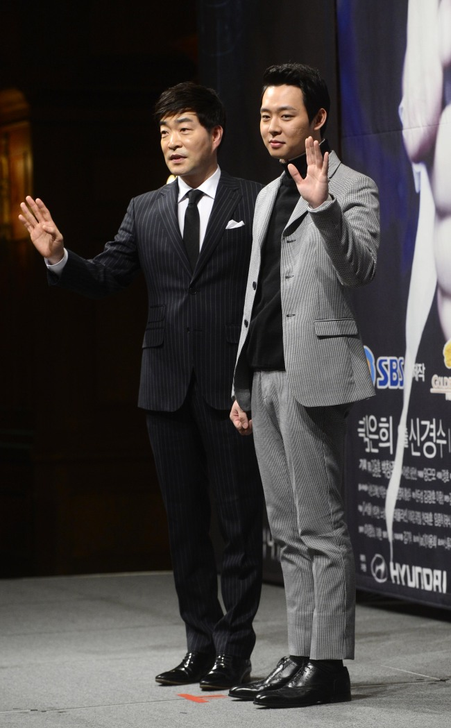 """The stars of SBS' """"Three Days"""" ― singer-actor Park Yu-chun (right) and veteran actor Son Hyun-joo ― attend the drama's press conference at the Imperial Palace Hotel in Seoul on Wednesday. (Park Hae-mook/The Korea Herald)"""