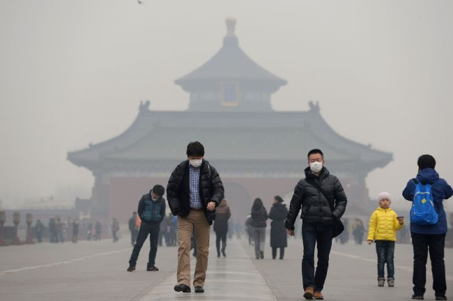 This picture shows visitors wearing masks at the Temple of Heaven in haze-covered Beijing. (AFP-Yonhap)