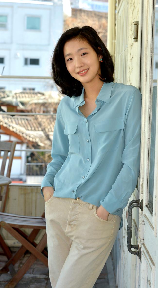 Actress Kim Go-eun before an interview in Seoul. (Yoon Byung-chan/The Korea Herald)