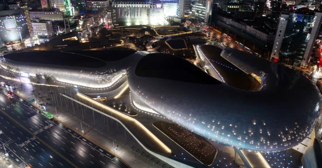 Aluminum-clad Dongdaemun Design Plaza in Dongdaemun, Seoul, emits lights. (Yonhap)