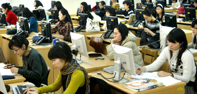 Young job seekers take an English language course at a private institute in Seoul. (The Korea Herald)