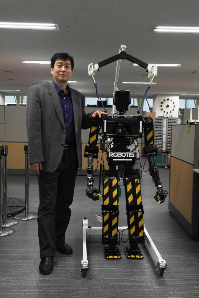 CEO of Robotis Kim Byoung-soo poses with the company's humanoid robot THOR-MANG. (Robotis)