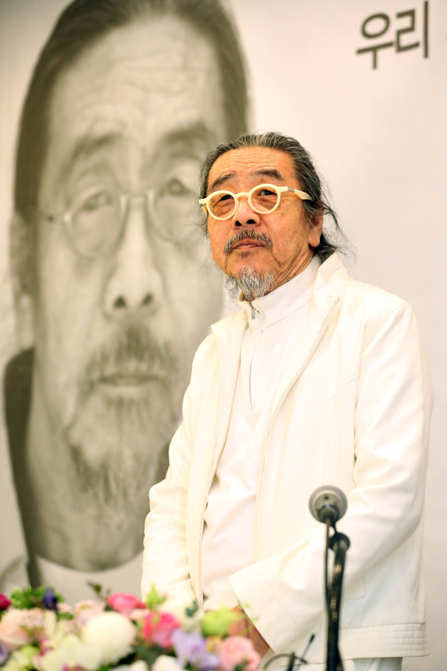 Author Lee Oi-soo attends a press conference in Seoul on Tuesday. (Yonhap)