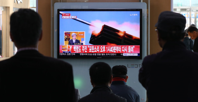 People watch the news in Seoul Station as North Korea conducts abrupt live-fire drills near the Northern Limit Line, a de facto inter-Korean sea border, on Monday. (Yonhap)