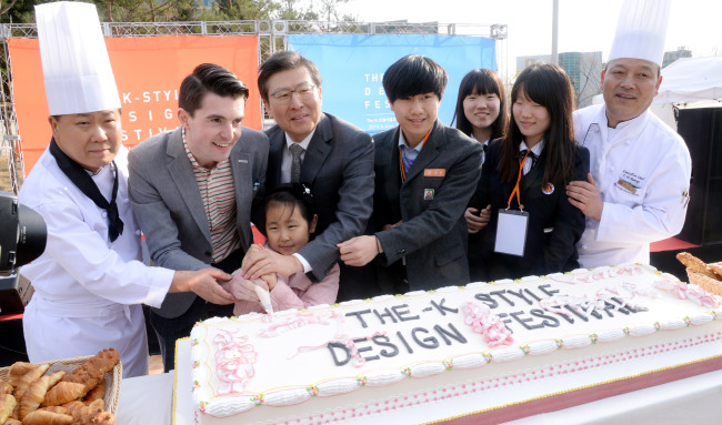 SuperJam CEO Fraser Doherty (second from left) and The-K Seoul Hotel president Kang Byung-jik (third from left) decorate a cake with children from multicultural families at the hotel in Seoul, Friday. (Park Hyun-koo/The Korea Herald)