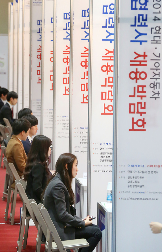 Students sit for preliminary job interviews for Hyundai Motor Group and the automaker's suppliers at a job fair in Seoul last month. (Yonhap)