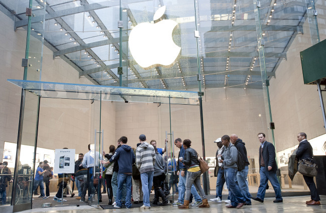 Customers enter an Apple Inc. store in New York. (Bloomberg)