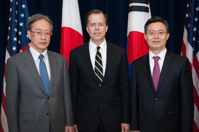 South Korean Special Representative Hwang Joon-kook poses with his American and Japanese counterparts Glyn Davies, special representative for North Korea policy, and Junichi Ihara, the director general for Asian and Oceanian affairs at Japan's Foreign Ministry ahead of a trilateral meeting on North Korea at the U.S. Department of State in Washington on Monday. (Yonhap)