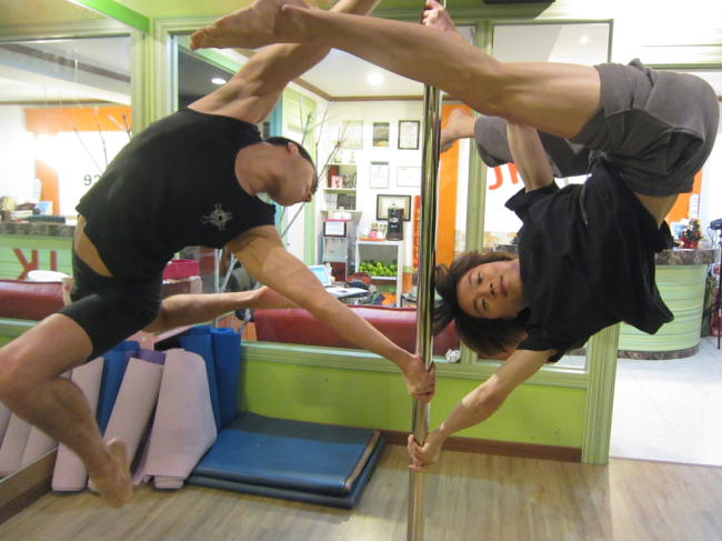 """JK Dance Studio instructor Chung Kyung-min (right) and a Russian pole dancer practice at JK Dance Studio in Hapjeong-dong, Seoul, in preparation for their ppearance on the reality talent show """"Star King"""" on SBS. (JK Dance Studio)"""