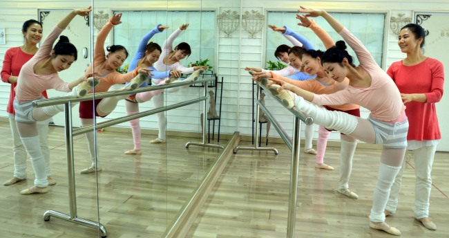 Students, aged between 25 and 74, practice ballet for nonprofessionals with principal Na Sun-young at Ballet Na Studio in the Hongdae area, Seoul. (Kim Myung-sub/The Korea Herald)