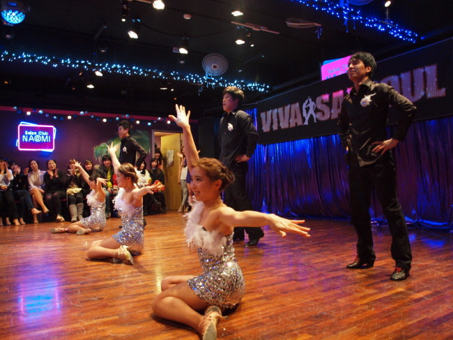Salsa teams perform at the annual party hosted by Salsoul Dance School in Gangnam-gu, Seoul.(Salsoul Dance School)