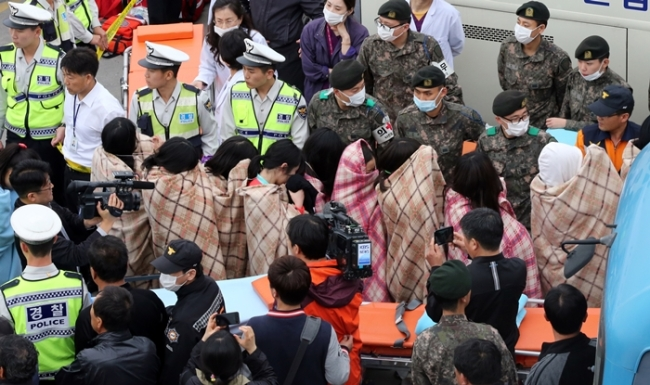 Survivors of sunken ferry 'Sewol' are boarding a bus that headed to a hospital