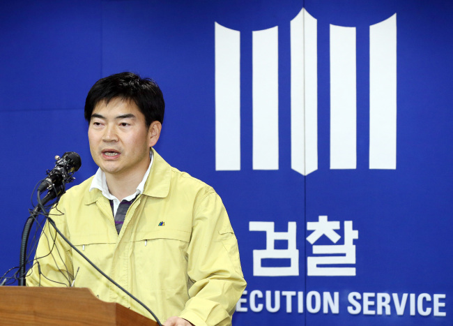 Senior prosecutor Chung Soon-shin announces the launch of the probe into Chonghaejin Marine Co., the operator of the ill-fated ferry Sewol on Sunday. (Yonhap)