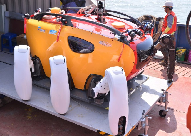 Rescue workers prepare a multi-legged Crabster CR200 seabed robot (Lee Sang-sub/The Korea Herald)