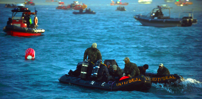 Navy divers prepare to resume their underwater search as boats scour the seas off the coast of Jindo Island, South Jeolla Province, Wednesday. (Joint Press Corps)