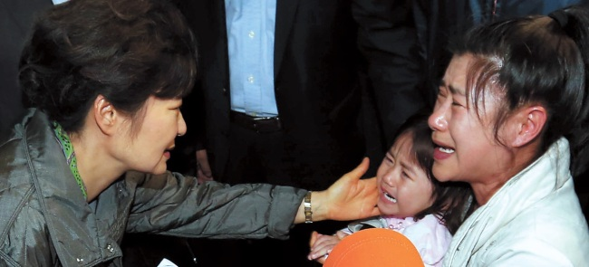 President Park Geun-hye consoles a 5-year-old girl who survived last week's ferry sinking at a gymnasium on Jindo Island, South Jeolla Province on April 17. (Yonhap)