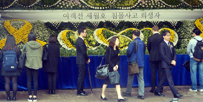 People pay their respects at a joint memorial altar for the ferry disaster victims in front of City Hall in Seoul on Monday. (Kim Myung-sub/The Korea Herald)