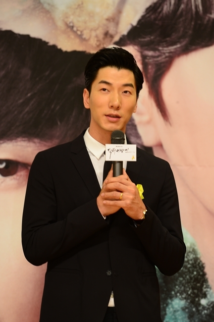 """Chinese model and actor Zhang Liang poses in a press conference for SBS TV show """"Doctor Stranger"""" held in Mok-dong, Seoul, Tuesday. (SBS Media)"""