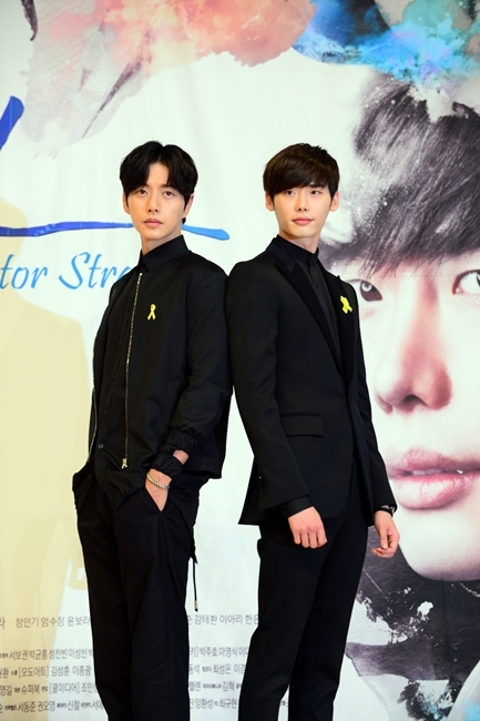 """Actors Lee Jong-suk (right) and Park Hae-jin of SBS TV show """"Doctor Stranger"""" pose at a press conference held in Mok-dong, Seoul, Tuesday. (SBS Media)"""