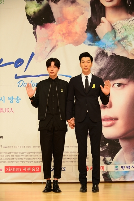 "Korean actor Park Hae-jin (left) and Chinese model and actor Zhang Liang pose in a press conference for SBS TV show""Doctor Stranger"" in Mok-dong, Seoul, Tuesday. (SBS)"