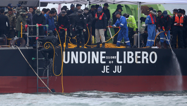 A diver boards Undine Marine Industries Co.'s barge off the coast of Jindo Island, South Jeolla Province, Tuesday. (Yonhap)