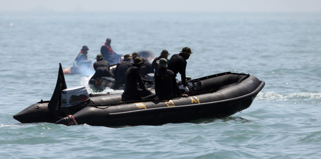 Coast Guard divers prepare to jump into waters off the country`s southwest coast on May 1 to search for the missing people from the sinking of the ferry Sewol. (Yonhap)