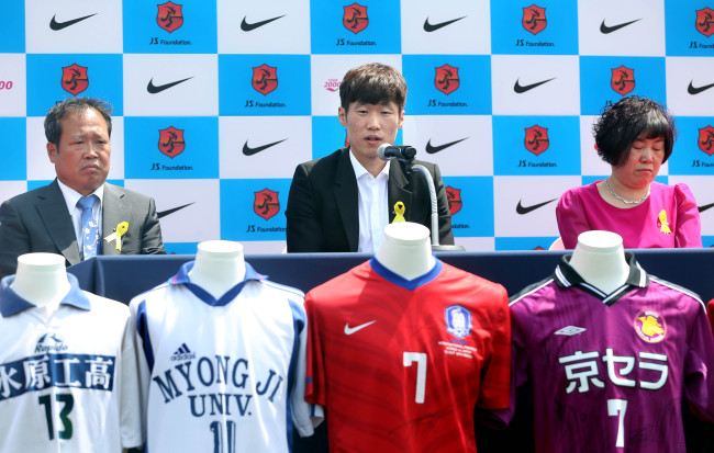 Park Ji-sung and his parents take part in a press conference at the JS Football Center in Suwon on Wednesday. (Yonhap)